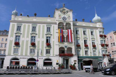 Das Rathaus in Gmunden direkt hinter der Seepromenade.