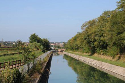 Der Radweg führt die letzten 9km immer am Camuzzoni Canal entlang.