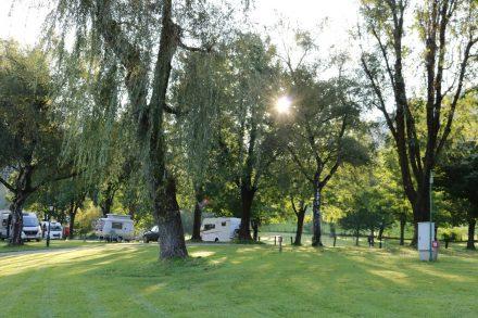 Das wunderschöne, grüne Gelände des Schloss Camping in Tirol.
