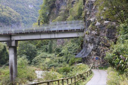 Nach Primolano schlängelt sich der Brenta Radweg durch enge Schluchten.