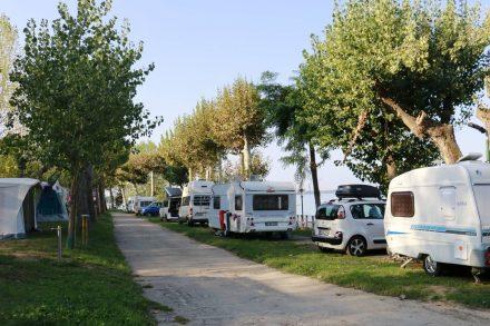 Die erste Reihe mit Seeblick am Eurocamping Pacengo.