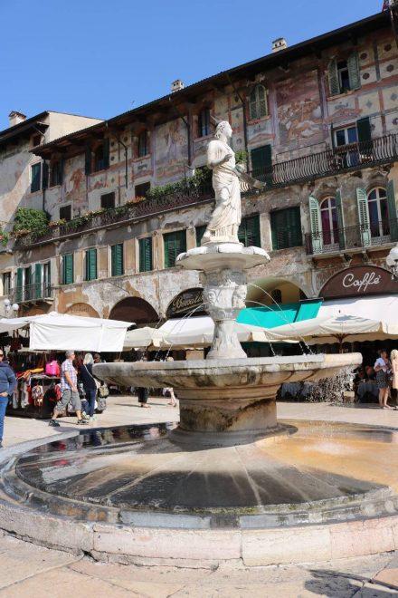Der Brunnen der Madonna von Verona am Piazza delle Erbe.