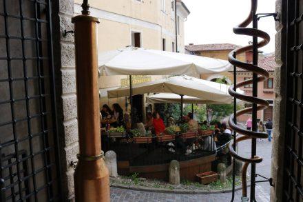 Zahlreiche Cafés und Restaurants laden in Bassano del Grappa ein.