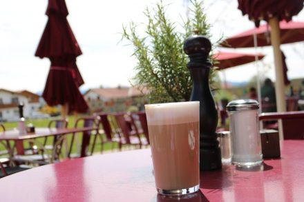Auf der schönen Dinzler Terrasse lässt sich die Latte Macchiato genießen.
