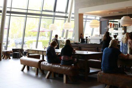Chillen in der gemütlich und modern eingerichteten Kaffeebar von Dinzler.