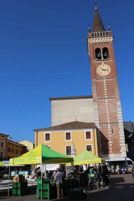 Der nette kleine Marktplatz von Bussolengo.