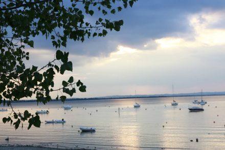 Goldenes Abendlicht über dem Gardasee.