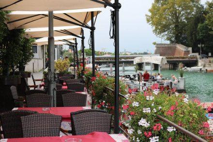An den Wasserwegen von Peschiera entlang hat sich die Gastronomie angesiedelt.