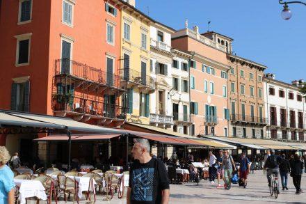 Die bunten Häuser an der Piazza Bra in Verona.
