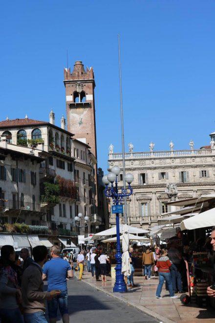 Am Piazza delle Erbe ist immer ein Kleinmarkt.