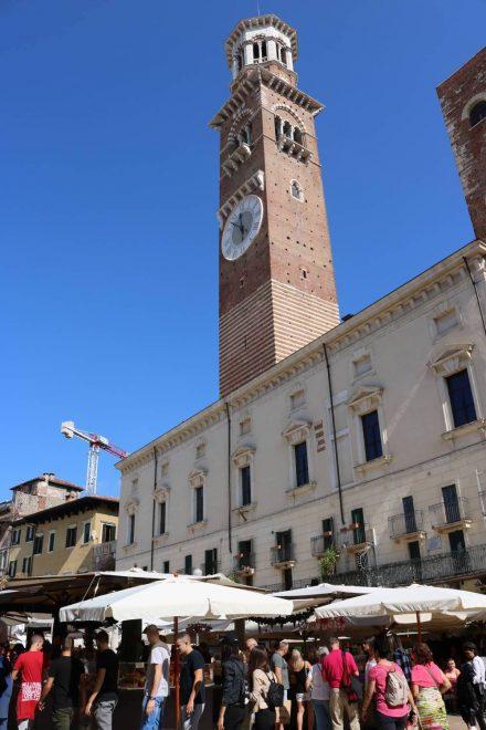 Der Piazza delle Erbe mit dem Torre dei Lamberti, der schon von weit durch die Gassen sichtbar ist.