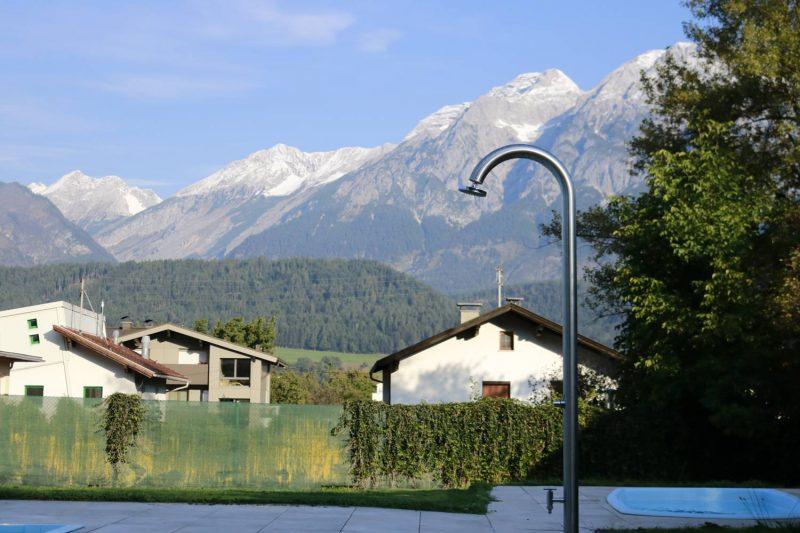 Blick vom Swimming Pool beim Schloss Camping Volders.