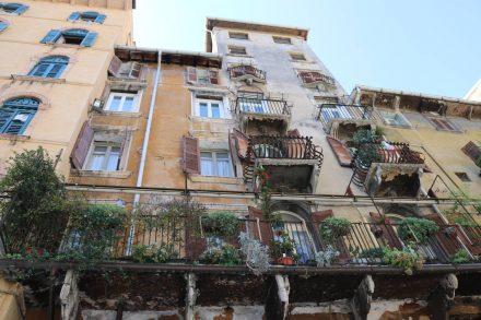 Bunte Fassaden, begrünte, schmiedeeiserne Balkone - die Häuser in Verona sehen einfach einladend aus.
