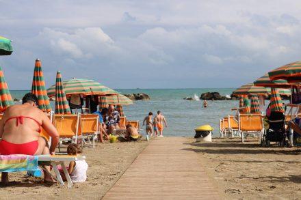 Die Italiener genießen den sommerlichen Strandtag Mitte September in Riccione.