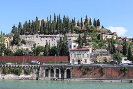 Blick über die Etsch auf das Teatro Romano in Verona.