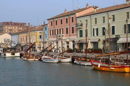 Auf beiden Seiten des Kanals in Cesenatico reihen sich hübsche Häuser mit kleinen Geschäften, Restaurants und Cafés.