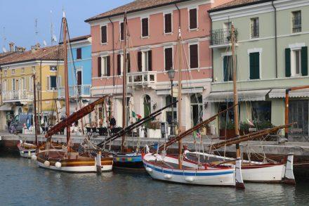 Bunte Häuser, bunte Boote - so präsentiert sich die Flaniermeile in Cesenatico.
