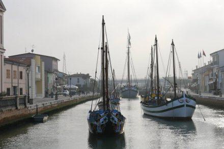 Hübsch aufgereiht die Schiffe im Canale von Cesenatico.