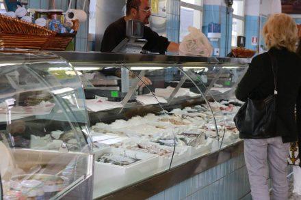 Direkt am Hafen ist der hübsche und sehr hochwertige Fischmarkt in Cesenatico.