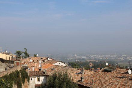 Über die Dächer des Bergdorfes Bertinoro blickt man Richtung Cesenatico.