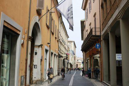 Durch die Gassen der Innenstadt von Cesena flanieren.