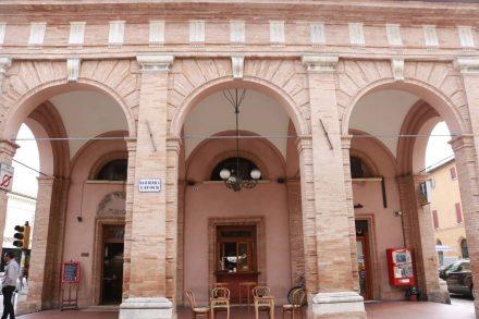 Wunderschöne Stadt-Wächter am Eingang zur Altstadt in Cesenatico.