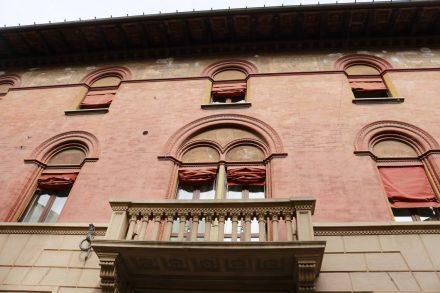 Alte Gebäude mit schönen Fresken und Romeo-Balkonen in Cessna.