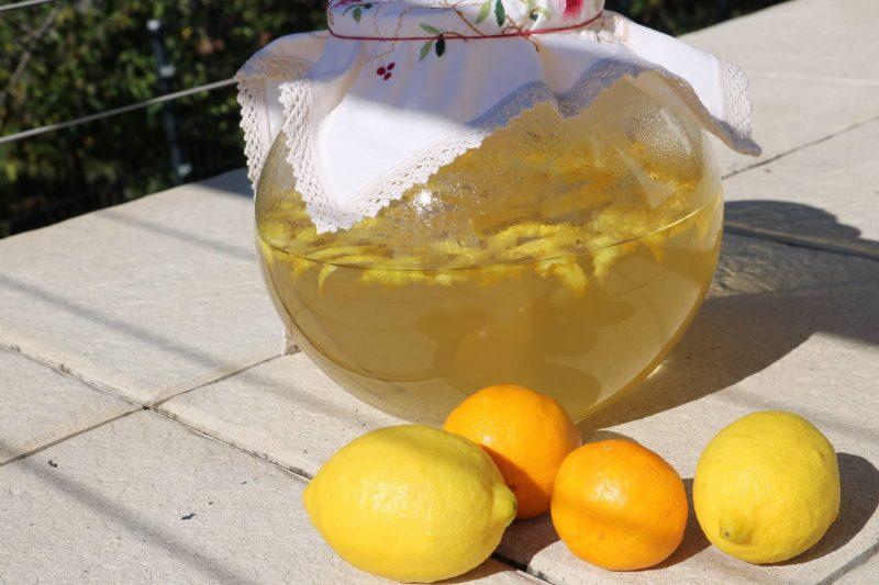 Der Zucker-Sirup wird mit den fein abgeschälten Zitronenschalen drei Tage angesetzt.