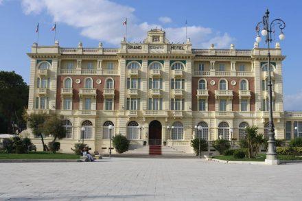 Direkt am Meer das wunderschön restaurierte Grand Hotel Cesenatico.