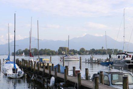 Der Hafen in Gstadt am Chiemsee mit Bootsanleger für die Inseltouren.