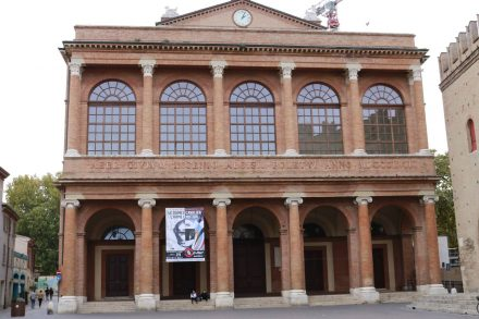 Wunderschöne Gebäude rahmen den Piazza Cavour in Rimini.