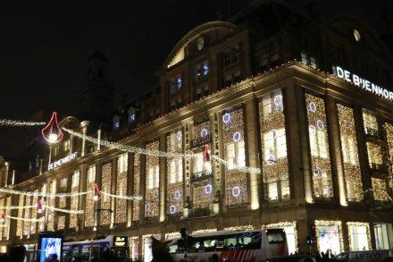 Das Edelkaufhaus De Bijenkorf im weihnachtlichen Gewand.