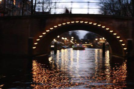 Auch die Brücken sind beleuchtet.