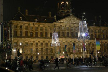 Der Königspalast wirkt ziemlich schlicht im Vergleich zur weihnachtlich dekorierten Stadt.
