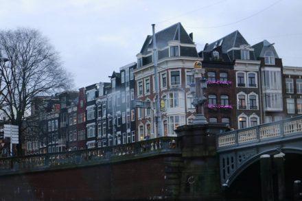 Die Straßenfronten in Amsterdam sind typisch mit den schmalen Häusern, großen Fenstern und spitzen Giebeln.