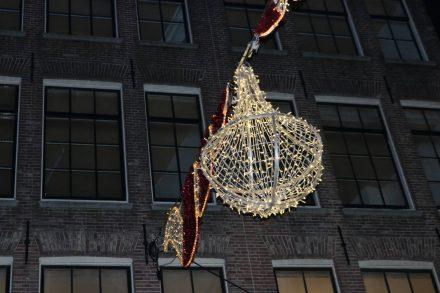 Weihnachtliche Dekoration in allen Straßen und Grachten.