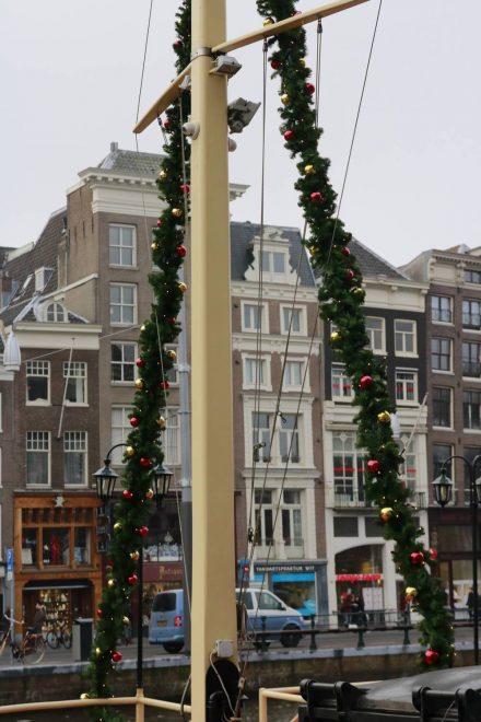 Entlang der Single in Amsterdam mit geschmückten Booten.