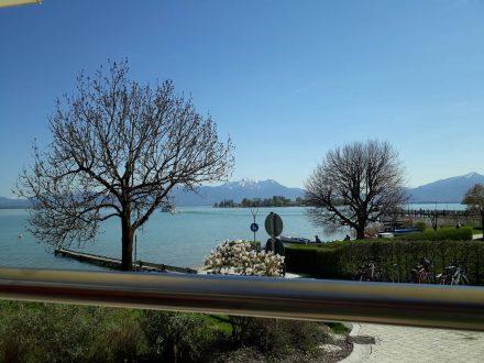 An der Uferpromenade von Gstadt mit Blick auf Frauenchiemsee.