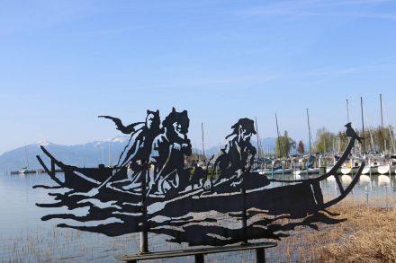 Das Stahl-Kunstwerk an der Promenade in Seebruck fügt sich perfekt ins Chiemsee-Foto ein.
