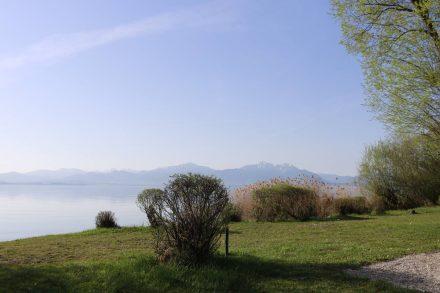 Der morgendliche Blick vom Ducato auf den ruhigen Chiemsee.