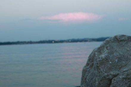 Abendlicher Blick von der Mole am Camping Bergamini über den Gardasee.