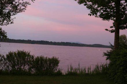 Rosarote Stimmung über dem Waginger See.