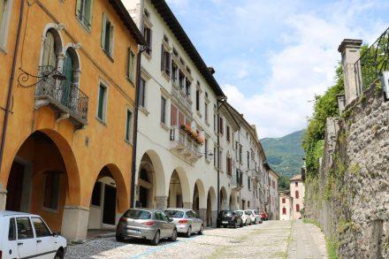 Die Altstadt von Vittorio Veneto mit Kopfsteinpflaster und Arkaden.