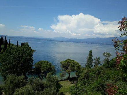 Auf der Radtour Richtung Norden der Blick über die Gaia delle Sirene kurz hinter Garda.