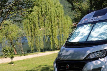 Viel erfrischendes grün, wenig Leute und ein wunderschöner See - der Ducato genießt es.