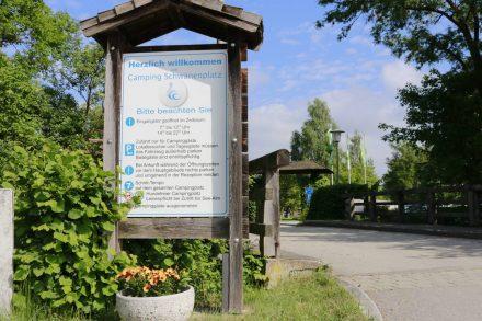 Die Einfahrt zum Camping Schwanenplatz in Waging.