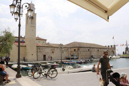 Der kleine Altstadthafen von Lazise.
