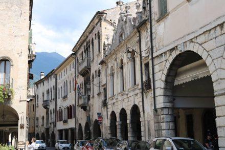 Die Innenstadt von Vittorio Veneto mit viel altem Mauerwerk.