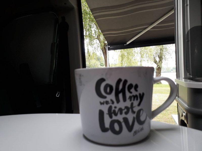 Kaffeepause bei kleinem Regenschauer am Waginger See.