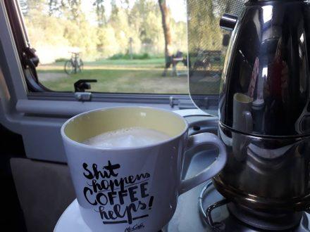 Frühstückskaffee mit Blick auf den Waginger See.